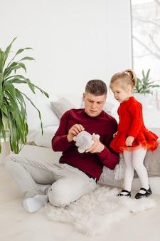 Gelukkig klein jong geitjemeisje die van zoet ogenblik met papa genieten