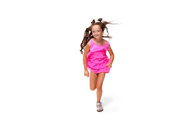 Gelukkig klein kaukasisch meisje springen en rennen geïsoleerd op wit