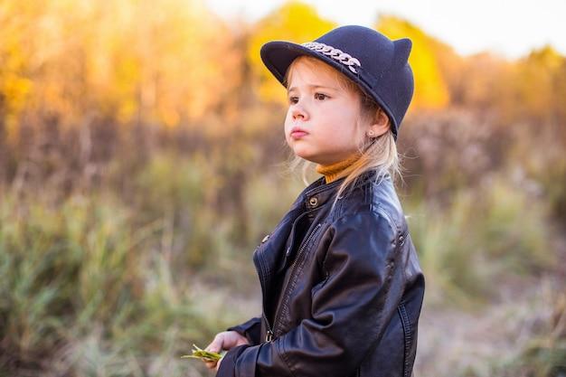 Gelukkig klein kind babymeisje lachen en spelen in de herfst