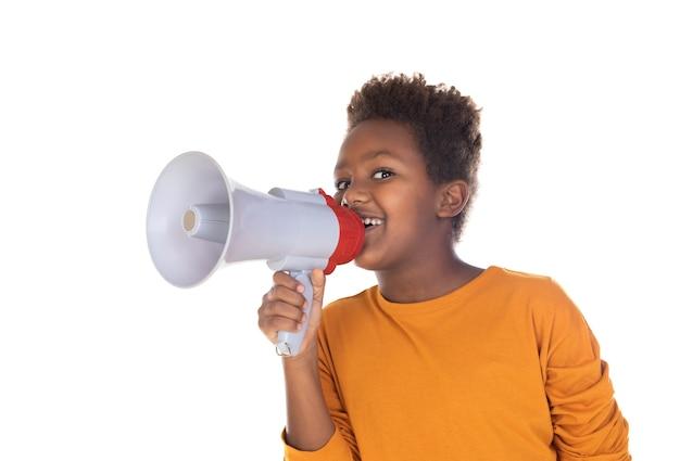 Gelukkig klein kind dat met een megafoon spreekt die op een witte muur wordt geïsoleerd