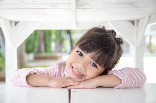 Gelukkig klein meisje dat thuis plezier heeft
