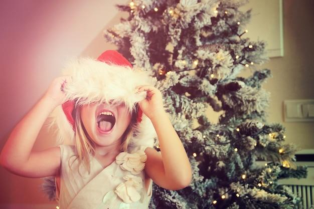 Gelukkig klein meisje in kerstmuts
