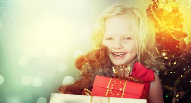 Gelukkig klein meisje met kerstcadeau