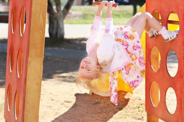 Gelukkig klein meisje op de speelplaats