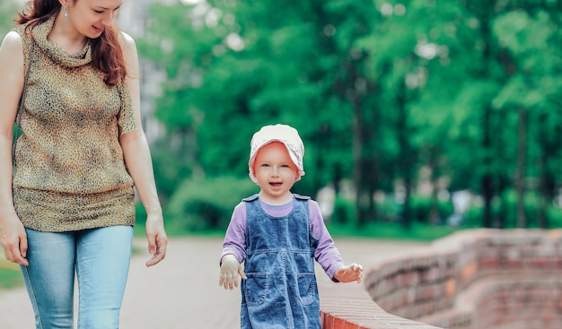 Gelukkig klein meisje op een wandeling in de buurt van de fontein. zomer in de stad