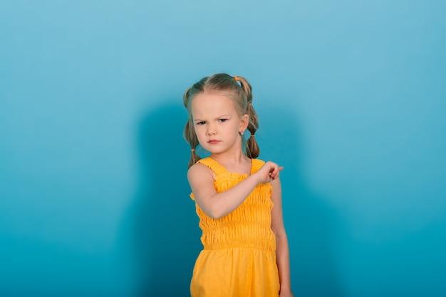 Gelukkig klein meisje, studio-opname. kinderen emoties, lachende blonde.