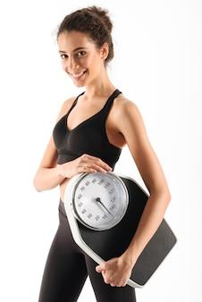 Gelukkig krullend brunette fitness vrouw