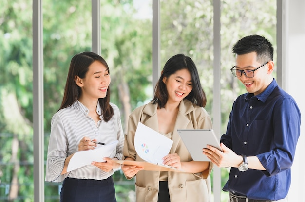 Gelukkig lachend aziatische business team bespreken en brainstormen samen op kantoor