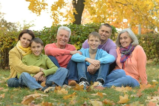 Gelukkig lachend gezin ontspannen in herfst park