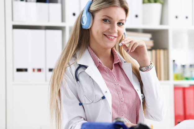Gelukkig lachend jonge arts met hoofdtelefoon