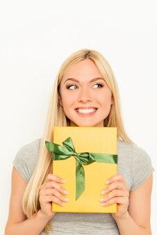 Gelukkig lachend jonge vrouw met geschenkdoos
