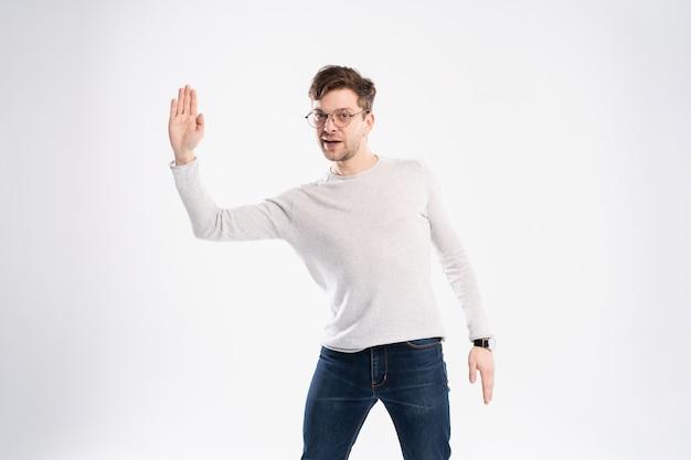 Gelukkig lachend jongeman presenteren en tonen van uw tekst of product geïsoleerd op een witte achtergrond.