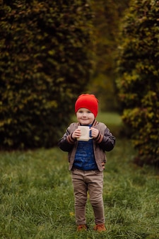 Gelukkig lachend kind buiten spelen in een tuin