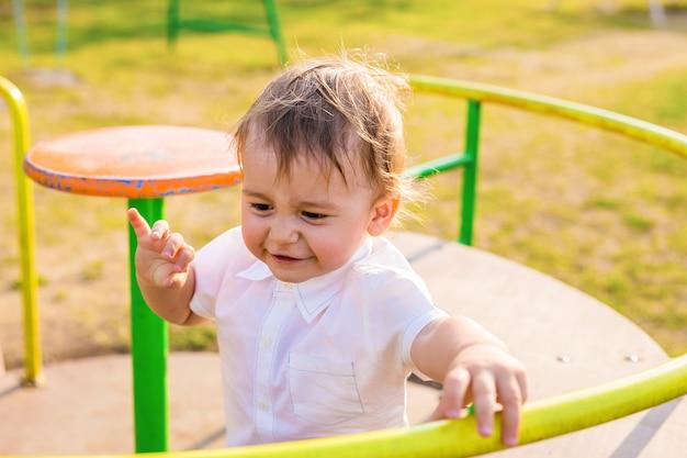 Gelukkig lachend kind spelen op een speelplaats