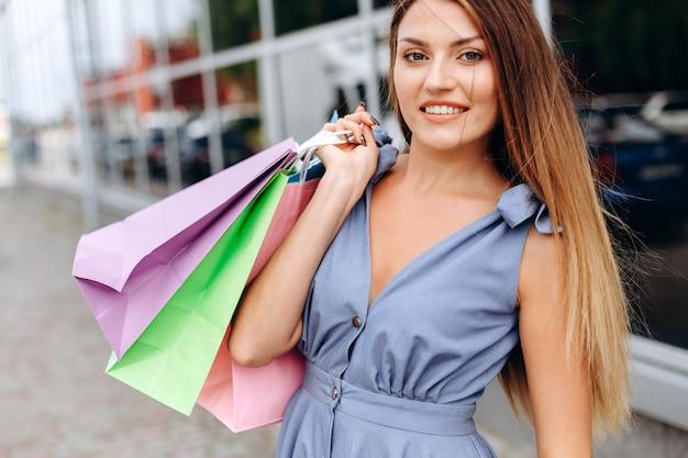 Gelukkig lachend meisje na het winkelen lopen