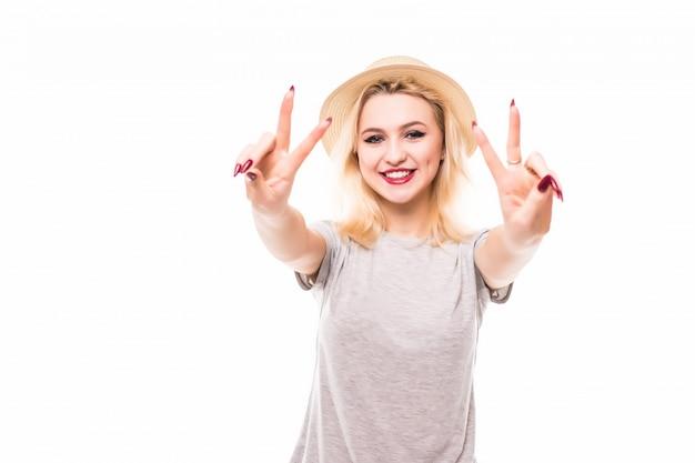Gelukkig lachend mooie jonge vrouw met twee vingers of overwinning gebaar