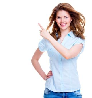 Gelukkig lachend mooie jonge vrouw toont een vinger in de zijkant - geïsoleerd op wit