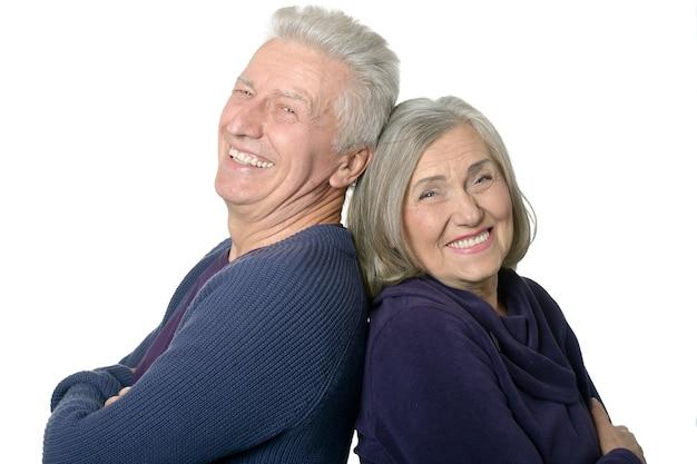 Gelukkig lachend oud paar op witte achtergrond