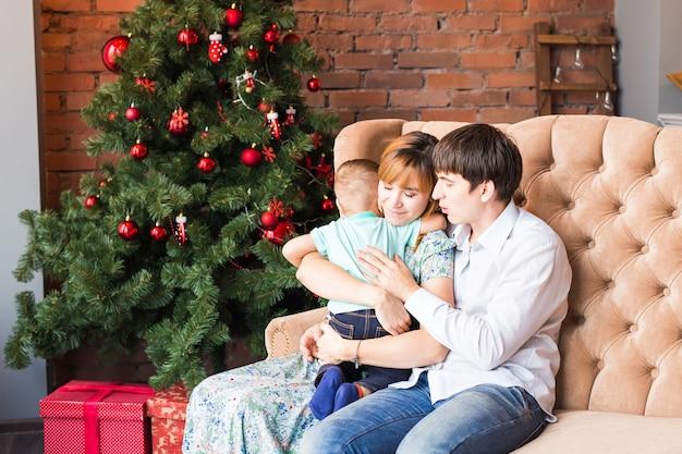 Gelukkig lachend ouders en kind thuis kerstmis vieren