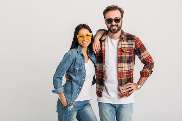 Gelukkig lachend paar geïsoleerd op witte studio achtergrond, stijlvolle man en vrouw