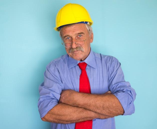 Gelukkig lachend senior architect close-up portret