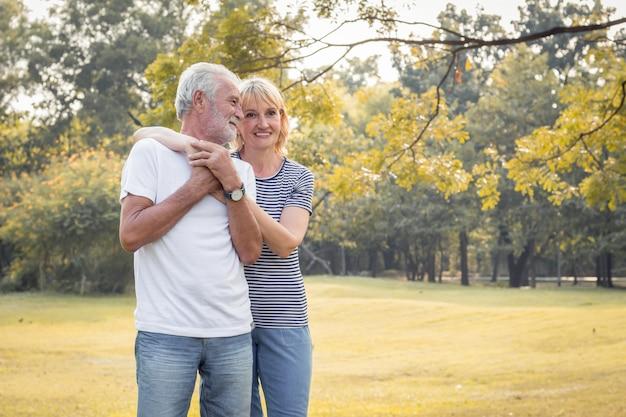 Gelukkig lachend van senior paar in een park op vakantie.