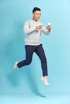 Gelukkig lachende jonge man springen