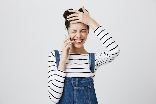 Gelukkig lachende vrouw praten over de telefoon, lachen
