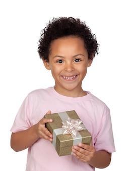 Gelukkig latijns kind met een gouden gift die op witte achtergrond wordt geïsoleerd