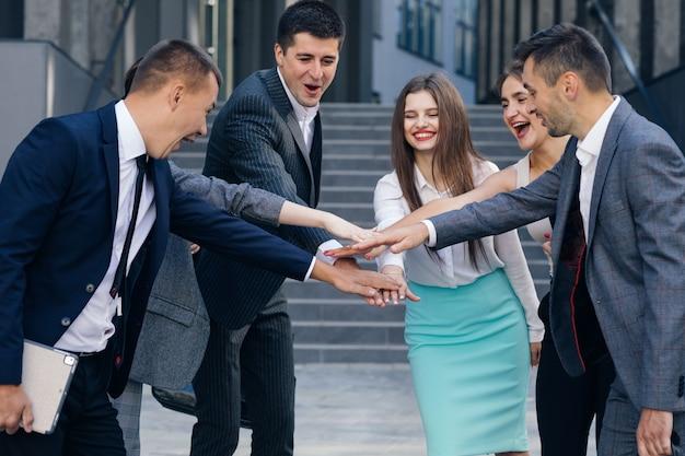 Gelukkig leider motiveren diverse werknemers business team geven vijf samen, kantoorpersoneel groep en coach betrokken bij teambuilding vier succes goede resultaten beloning in teamwork concept.
