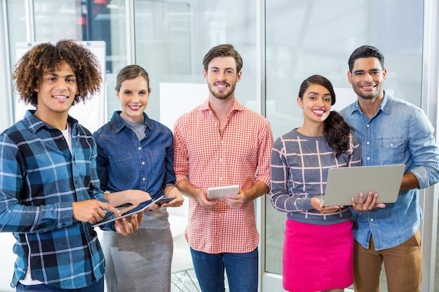 Gelukkig leidinggevenden met behulp van mobiele telefoon, laptop en digitale tablet