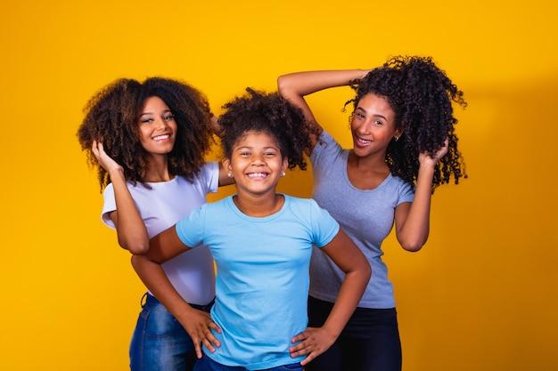 Gelukkig lesbisch koppel met kind op gele achtergrond. koppel samen met adoptiedochter, adoptieconcept