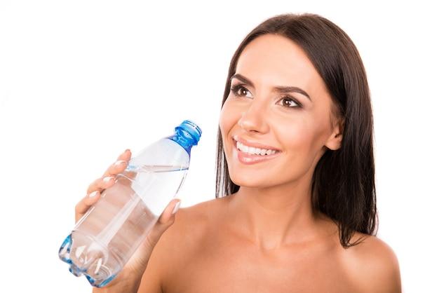 Gelukkig leuke vrouw met een fles met water