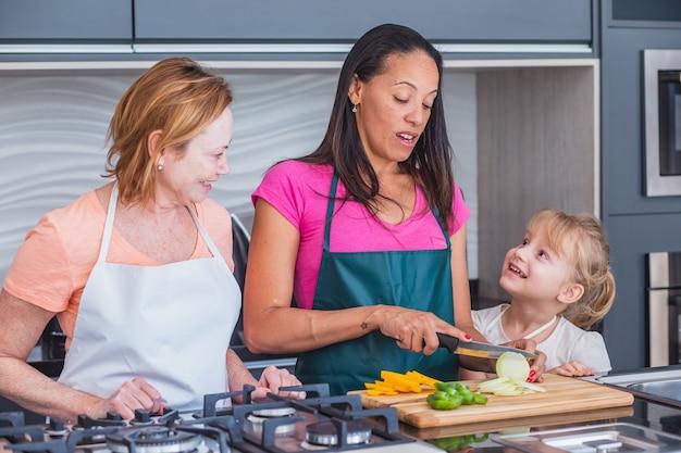 Gelukkig lgbt-familie koken. gelukkige moeders en dochter samen