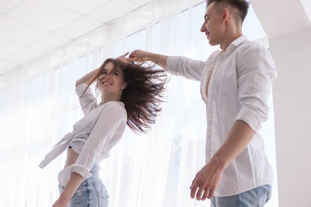 Gelukkig liefde paar dansen concept. tijd doorbrengen samen met tevreden.
