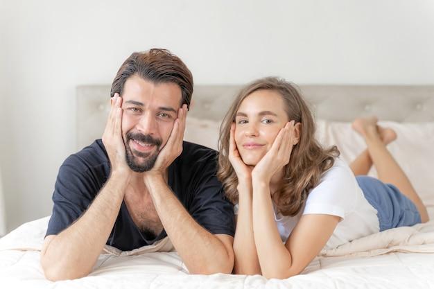 Gelukkig liefdepaar glimlachen