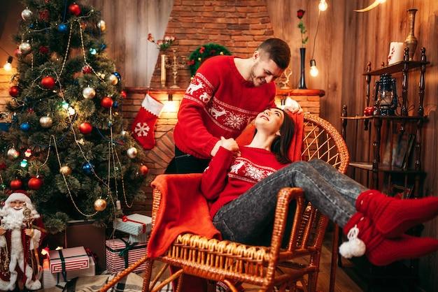Gelukkig liefdepaar viert kerstvakantie