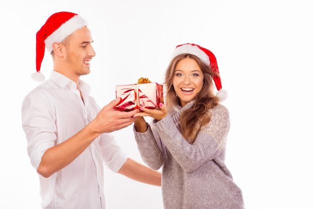 Gelukkig liefdevol paar met kerstmutsen