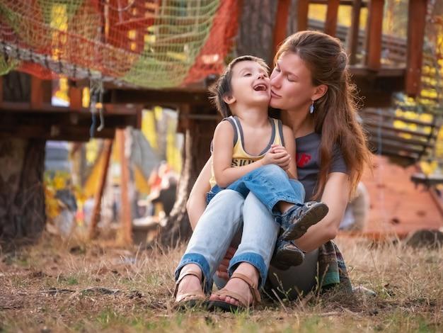 Gelukkig liefdevolle en familie glimlachen en knuffelen, moeder en zoon uiten van liefde emoties