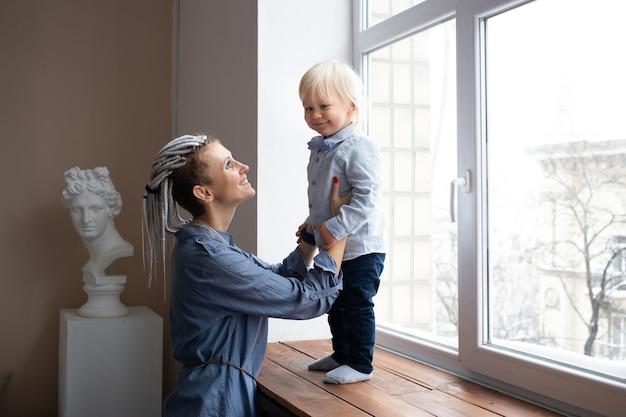 Gelukkig liefdevolle familie, moeder en babyjongen spelen