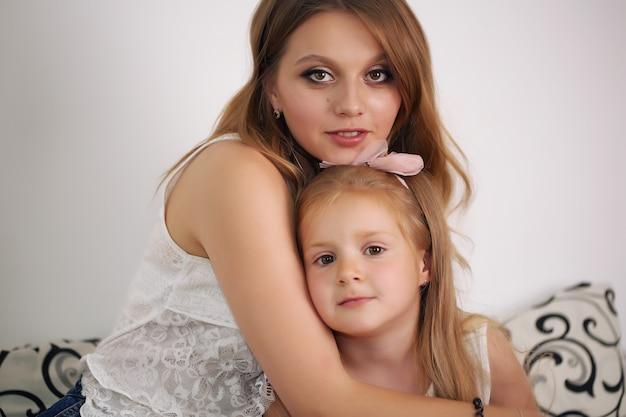 Gelukkig liefdevolle familie. moeder en haar meisje spelen, kussen en omhelzen.