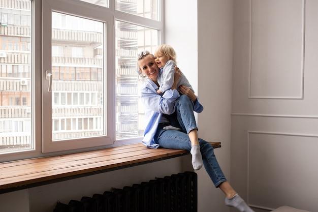 Gelukkig liefdevolle familie. moeder en haar zoon kind jongen spelen en knuffelen.