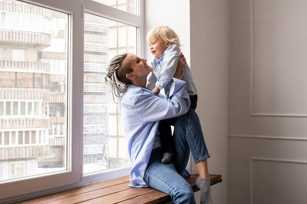 Gelukkig liefdevolle familie. moeder en haar zoontje kindjongen spelen en knuffelen.