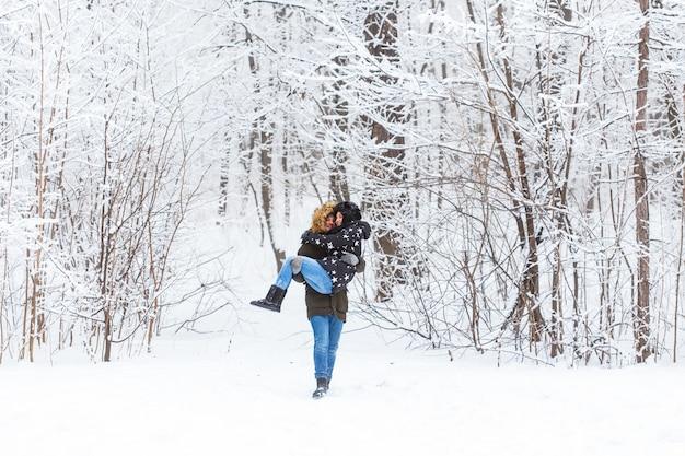 Gelukkig liefdevolle paar plezier buitenshuis in snowpark. winter vakantie