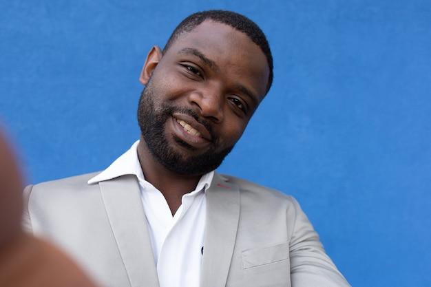Gelukkig man african american neemt een selfie