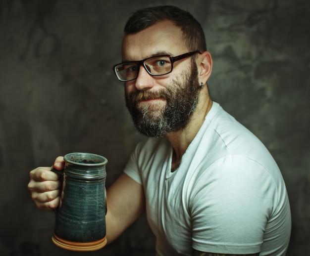 Gelukkig man bier drinken uit de mok