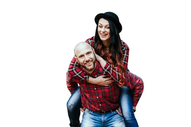 Gelukkig man en vrouw lachen op witte achtergrond