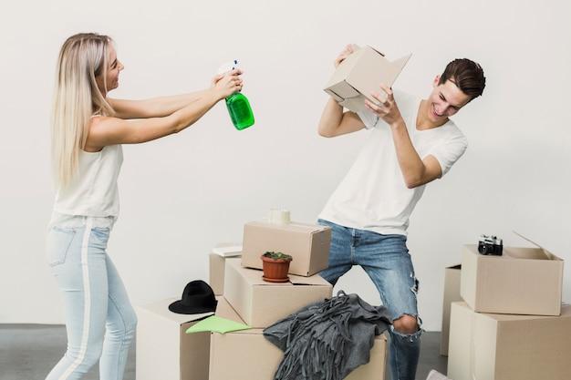 Gelukkig man en vrouw spelen met bewegende items