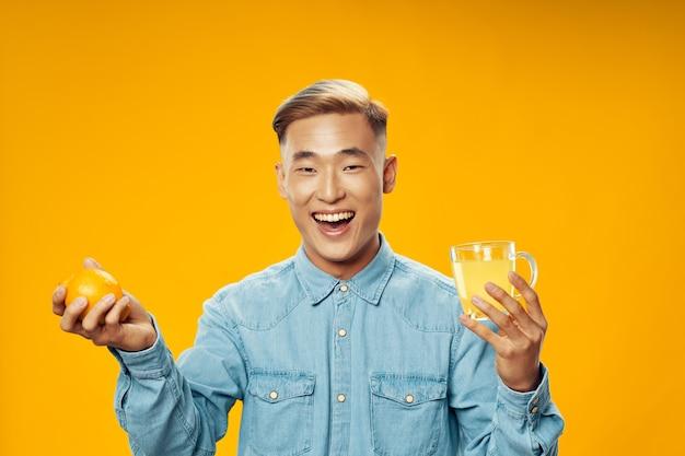 Gelukkig man gezonde levensstijl citroen in de hand en zure drank vitaminen