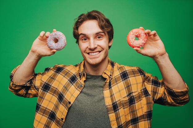 Gelukkig man houdt donuts